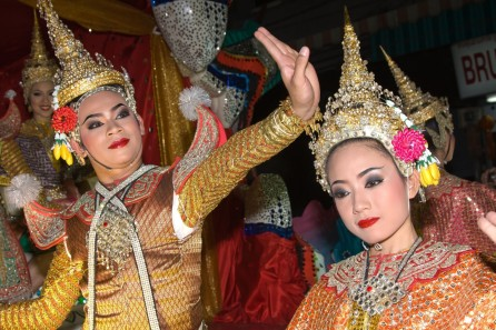 thai-trad-dress-dancers