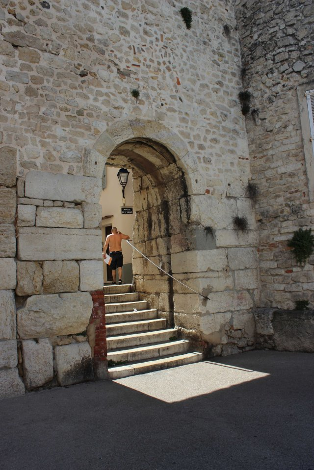 FRA Antibes sunny arch with man