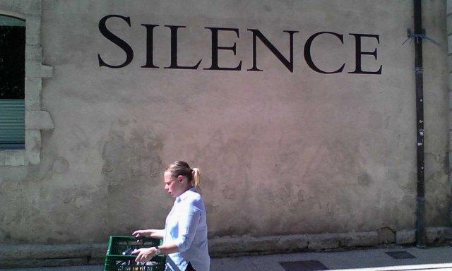 FRA Avignon SILENCE outside Lambert Art Musee